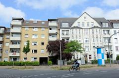 Unterschiedliche Architekturstile /Baustile direkt nebeneinanderstehend in der Appenrader Straße von Flensburg - ein modernes Wohnhaus mit Dachausbau und gelber Fassade steht neben einem Jugendstilgebäude mit abgerundeten Erker und Spitzgiebel.
