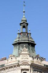 Kupfer-Giebelturm eines Wohn- und Geschäftshauses am  Platz der Republik / náměstí Republiky in der denkmalgeschützten Altstadt von Pilsen / Plzeň.