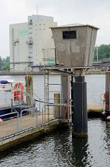 Pegelhaus bei der Polizeistation der Wasserschutzpolizei im Flensburger Hafen.