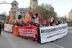 Solidaritätsdemo für die Ida-Ehre Schule in Hamburg - Motto Antifaschismus ist kein Verbechen. Die Hamburger Schulbehörde hat auf Veranlassung der AfD mit der Aufschrift Antifa Altona Ost und FCK AdD in der Ida-Ehre-Schule entfernt.