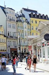 Touristen in der Fussgängerzone  Lázeňská von Karlsbad / Karlovy Vary.