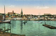 Alte colorierte  Fotografie vom Hafenrand in Flensburg - Segelschiffe liegen am Kai; Blick zur Marienkirche und dem Uhrenturm vom Alten Gymnasium.