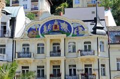 Jugendstilgebäude mit farbigem Kacheldekor am geschwungenen Hausgiebel; Art Nouveau Architektur im Kurort Karlsbad /  Karlovy Vary, Tschechien.