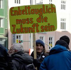 Handgeschriebenes Pappschild mit der Aufschrift:   Enkeltauglich muss die Zukunft sein. Fast 10 000 SchülerInnen protestieren am 15.03.2019 bei der Fridays for Future-Demonstration in Hamburg für mehr Klimaschutz