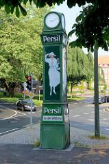 Historische Persil-Uhr am Burgplatz in Flensburg - elektrisch beleuchtete Reklamesäule der in weiß gekleidete Frau mit Florentinerhut - Entwurf Kurt Heiligenstaedt / aufgestellt um 1929.