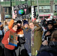 Pappschilder u.a. mit der Aufschrift:  We Don't have time.Fast 10 000 SchülerInnen protestieren am 15.03.2019 bei der Fridays for Future-Demonstration in Hamburg für mehr Klimaschutz.