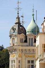 Architektur des Historismus im  Zentrum von Karlsbad /  Karlovy Vary; Dachtürme mit Wetterfahne.