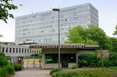 Eingang / Pförtnerhaus vom  Kraftfahrt-Bundesamt (KBA) in Flensburg mit dem Hochhaus der Verwaltungsbehörde; das Gebäude wurde 1965 fertiggestellt, Architekt  Carl-Friedrich Fischer.