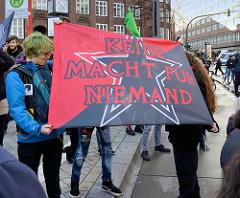 Transparent mit der Aufschrift: Keine Macht für NIEMAND. Fast 10 000 SchülerInnen protestieren am 15.03.2019 bei der Fridays for Future-Demonstration in Hamburg für mehr Klimaschutz