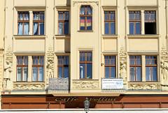Reliefschmuck - Figuren an der Hausfassade eines Gebäudes auf dem Platz der Republik / náměstí Republiky.