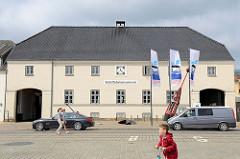Gebäude vom Schifffahrtsmuseum Flensburg - ehem. Zollpackhaus in der Straße Schiffbrücke. Das denkmalgeschützte Gebäude wurde 1843 errichtet, Entwurf königlich dänischer Bauinspektor Meyer.