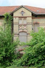 Ehemalige Verwaltungsvillen vom alten Schlachthof in Flensburg - gelb geklinkerte Gebäude am Brauereiweg, errichtet 1899. Ab 1960 Nutzung durch Gastronomie - heute Leerstand.