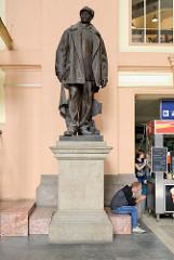 Innenansicht vom Hauptbahnhof Pilsen / Plzeň - Skulptur eines Eisenbahners / Weichenwärter mit Lederjacke und Signalflagge - das Bahnhofsgebäude wurde 1907 eingeweiht -  Architekt Rudolf Štech.