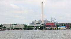 Blick über die Flensburger Förde zum Kraftwerksgelände der Flensburger Stadtwerke.