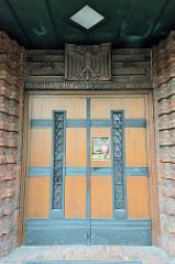 Eingangstür vom Deutschen Haus in Flensburg / Reichsadler und Terrakotta Inschrift: Reichsdank für Deutsche Treue. Das Deutsche Haus ist ein Versammlungs- und Veranstaltungshaus, das 1930 im Baustil des Backsteinexpressionismus errichtet wurde - Arch