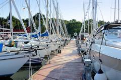 Segelboote in der Marina von Barhöft an der Ostsee.