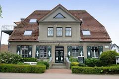Wohnhaus mit Fensterläden - jetzt Gewerbe-Nutzung, Bahnhofstraße in Glücksburg / Ostsee.