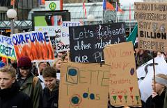 Handemalte Schilder, Plakate und Fahnen am Demo-Treffpunkt Hachmannplatz.  Fast 10 000 SchülerInnen protestieren am 15.03.2019 bei der Fridays for Future-Demonstration in Hamburg für mehr Klimaschutz