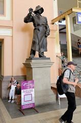 Innenansicht vom Hauptbahnhof Pilsen / Plzeň - Skulptur eines Eisengiessers mit Lederschütze und Kelle - das Bahnhofsgebäude wurde 1907 eingeweiht -  Architekt Rudolf Štech.