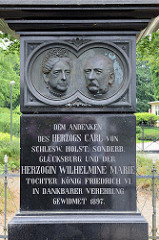 Obelisk in Glücksburg / Ostsee - Inschrift: Dem Andenken des Herzogs Carl von Schlesw. Holst. Sonderb. Glücksburg und der Herzogin Wilhelmine Marie Tochter König Friedrich VI. in dankbarer Verehrung gewidmet - 1897.