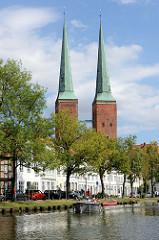 Wohnhäuser an der Trave in der Hansestadt Lübeck - Doppel-Türme vom Lübecker Dom.