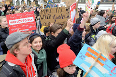 Fridays for Future - Demo in Hamburg - 01.03.2019. Demonstrantinnen tragen Demoschilder mit den Forderungen / Slogans: Make the world Greta again - # WeLOVEGreta