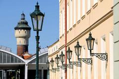 Gusseiserne Laternen und Wasserturm auf dem Gelände der  Plzeňský Prazdroj / Pilsener Brauerei.