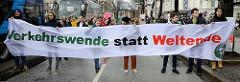 Transparent mit der Aufschrift: Verkehrswende statt Weltende.Fast 10 000 SchülerInnen protestieren am 15.03.2019 bei der Fridays for Future-Demonstration in Hamburg für mehr Klimaschutz