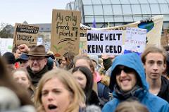 Handemalte Schilder u. a. mit der Aufschrift:  My only friends are plants + Ohne Welt kein Geld. Fast 10 000 SchülerInnen protestieren am 15.03.2019 bei der Fridays for Future-Demonstration in Hamburg für mehr Klimaschutz.