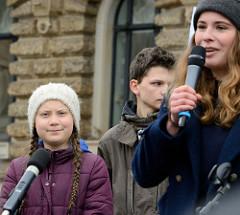 Fridays for Future - Demo in Hamburg - 01.03.2019; Rede der Klimaaktivistin Lisa Neubauer bei der Abschlusskundgebung auf dem Hamburger Rathausmarkt.