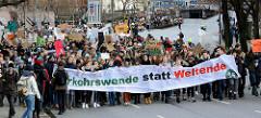 Transparent mit der Forderung: Verkehrswende statt Weltende.  Fast 10 000 SchülerInnen protestieren am 15.03.2019 bei der Fridays for Future-Demonstration in Hamburg für mehr Klimaschutz