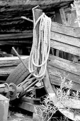 Bug eines alten Fischerbootes / Ruderbootes mit aufgeschossener Leine am Museumshafen / Museumswerft in Flensburg.