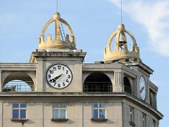 Dachschmuck - Uhrenturm mit Krone; Wohnblock, Geschäftsgebäude - Eckhaus an der Straße Americká in Pilsen / Plzeň; denkmalgeschützte Architektur - errichtet 1924.