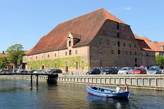 Blick über den Hafen von Kopenhagen auf die 1618 errichteten Brauereigebäude am Frederiksholm Kanal. Das historische Gebäude wird heute als Steinskupturen-Museum / Kongernes Lapidarium genutzt.