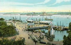 Historisches koloriertes Bild von der Promenade / Hafenanlage Langelinie - Segelboote liegen in der Marina, zwei Pavillions und Pferdefuhrwerke stehen auf der Promenade auf der Spaziergänger die Aussicht geniessen.