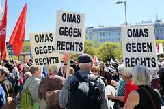 Ostermarsch 2019 - Demo für Abrüstung in Hamburg; Plakate Omas gegen rechts.