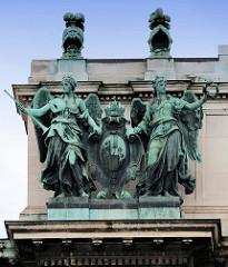 Detailbilder der Architektur Wiens - Fassadenschmuck, lebensgroße Bronzefiguren.