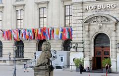 Die Hofburg zu Wien war vom 13. Jahrhundert bis 1918 (mit Unterbrechungen) die Residenz der Habsburger in Wien. Seit 1945 ist sie der Amtssitz des Österreichischen Bundespräsidenten.
