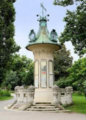 Wettersäule mit Kupferdach und Wetterfahne / Uhren - Wiener Stadtpark.