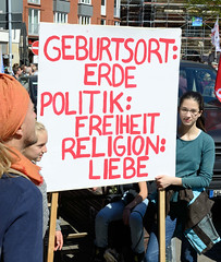 Ostermarsch 2019 - Demo für Abrüstung in Hamburg. Handgemaltes Plakat - Geburtsort: Erde; Politik: Freiheit; Religion: Liebe.