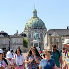 Schlossplatz / Schloss Amalienborg in Kopenhagen - im Bildzentrum das Reiterstandbild Frederik V und  die Marmorkirche.