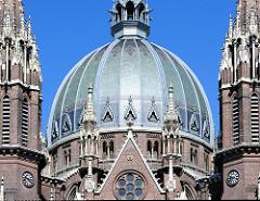 Detailbilder der Architektur Wiens - Kirche Maria vom Siege in Wien - 1875 nach Entwürfen des Architekten Friedrich von Schmidt errichtet. Die ehm. römisch-katholische Pfarrkirche wurde 2015 der koptisch-orthodoxen Kirche geschenkt.