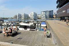 Marina mit Sportbooten am Island Kai in Kopenhagen - moderne Wohngebäude am Havneholmen.