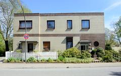 Bilder aus dem Hamburger Stadtteil Billbrook -  schlichtes kubisches Doppelhaus mit Ziegelfassade in der Straße Billbrookdeich.