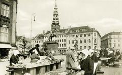 Alte Fotografie vom Straßenverkauf von Fisch in Kopenhagen - Frauen sitzen mit weisser Haube vor ihren Weidenkörben.