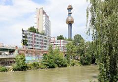 Schornstein der Müllverbrennungsanlage Spittelau am Ufer des Donaukanals in Wien - Gestaltung  Friedensreich Hundertwasser, 1971.