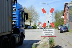 Bilder aus dem Hamburger Stadtteil Billbrook - Hinweisschild / Andreaskreuz, Industriegebiet - Schienenfahrzeuge haben Vorrang.