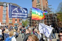 Ostermarsch 2019 - Demo für Abrüstung in Hamburg. Regenbogenfahne PEACE und Bundeswehr abschaffen - Frieden schaffen ohne Waffen.