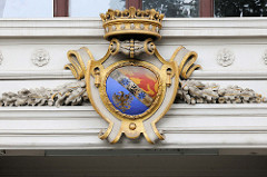 Detailbilder der Architektur Wiens - Fassadendekor, Wappen mit Krone.