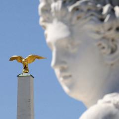 Detailbilder der Architektur Wiens - Obelisk / Säule mit goldenem Adler, Vorplatz Schloss Schönbrunn.